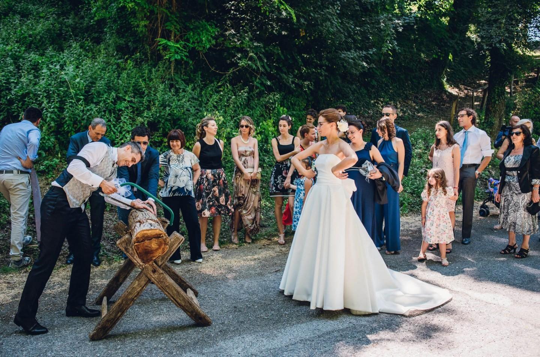 scherzi matrimonio segare tronco