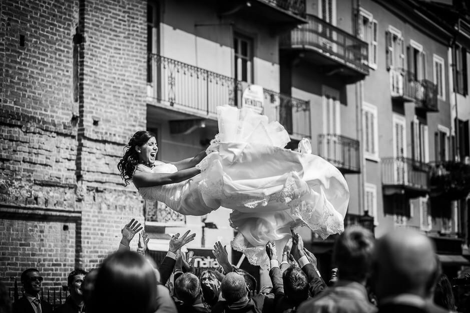 sposa lanciata in aria