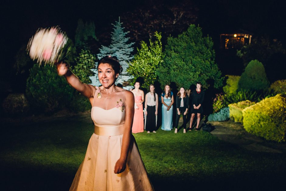foto matrimonio lancio bouquet